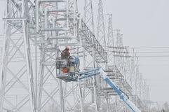 Arbetare på elektriska linjer Royaltyfria Bilder
