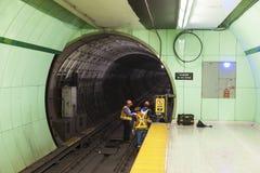 Arbetare på en gångtunnelstation i Toronto, Kanada Royaltyfria Foton