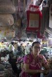 Arbetare på en marknad i Chiang Mai, Thailand Royaltyfri Foto