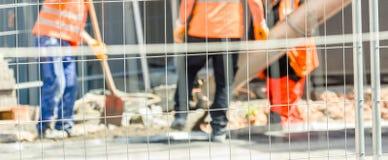 Arbetare på en vägkonstruktion arkivbild