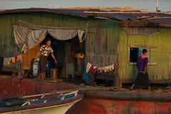 Arbetare på ett lastfartyg i den Irrawaddy floden Royaltyfri Foto