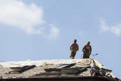Arbetare på ett tak Fotografering för Bildbyråer