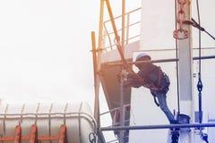 Arbetare på höjdpunkten för säkerhetsbegrepp royaltyfri bild