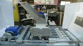 Arbetare på lagerrummet i fabrik arkivfilmer