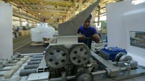 Arbetare på maskinen på fabrik lager videofilmer