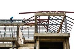Arbetare på material till byggnadsställningtaket under konstruktion Royaltyfria Foton
