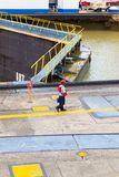Arbetare på mirafloresdammbyggnaden av den Panama kanalen Royaltyfri Foto