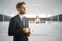 Arbetare på mottagandeskrivbordet Arkivfoto
