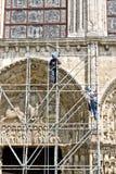 Arbetare på rekonstruktion av den Chartres domkyrkan Arkivbild
