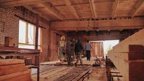 Arbetare på sågverket är på shoppar