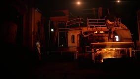 Arbetare på stålväxten stock video