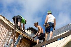 Arbetare på taket Arkivbild