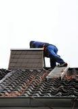 Arbetare på taket Royaltyfria Foton