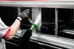 Arbetare på tillverkningseminariet som fungerar den cidan vikningmaskinen royaltyfri fotografi