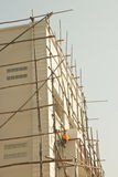 Arbetare på trämaterialet till byggnadsställning arkivfoto