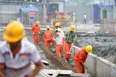 Arbetare reparerar vägen Royaltyfri Foto