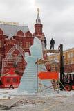 Arbetare skapar isskulptur Shrovetide för rysk nationell festival` Shrove ` på den Manezhnaya fyrkanten i Moskva Royaltyfria Bilder