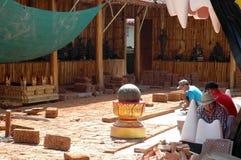 Arbetare som är tjänstgörande på renoveringplatsen Arkivfoto