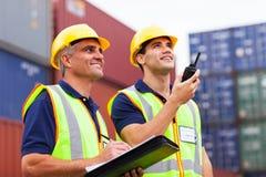 Arbetare som övervakar behållare Royaltyfri Bild
