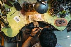 Arbetare som arbetar med hans hjälpmedel Arkivfoton