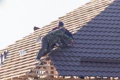 Arbetare som arbetar på taket royaltyfri foto