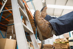 Arbetare som av faller stege i lager fotografering för bildbyråer