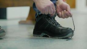 Arbetare som binder skosnöret arkivfilmer
