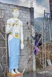 Arbetare som bygger den enorma buddistiska statyn royaltyfri fotografi