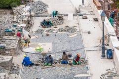 Arbetare som bygger vägstenläggning i Buda Castle. Arkivbild