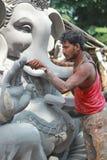 Arbetare som färgar den Ganesh förebilden i hyderabad, Indien Royaltyfria Bilder