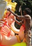 Arbetare som färgar den Ganesh förebilden i hyderabad, Indien Royaltyfri Fotografi