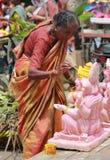 Arbetare som färgar den Ganesh förebilden i hyderabad, Indien Arkivfoto
