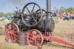 Arbetare som förbereder en locomobile ånga för att arbeta Royaltyfria Bilder