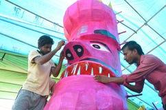 Arbetare som förbereder ett huvud av gigantisk formatavbildning av den hövdade konungen Ravan för demon tio i Bhopal Royaltyfri Bild
