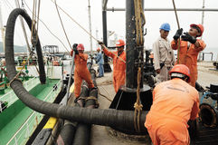 Arbetare som förbereder sig för att ladda råolja Royaltyfri Fotografi