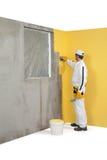 Arbetare som fördelar en murbruk på envägg Royaltyfria Foton