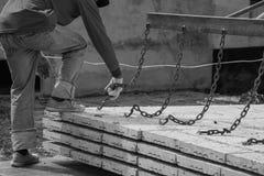 Arbetare som förlägger cementgolvet Fotografering för Bildbyråer