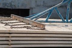 Arbetare som förlägger cementgolvet Arkivfoton