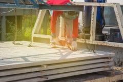 Arbetare som förlägger cementgolvet Royaltyfria Bilder