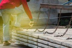 Arbetare som förlägger cementgolvet Royaltyfria Foton