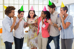 Arbetare som firar en födelsedag tillsammans Arkivfoton