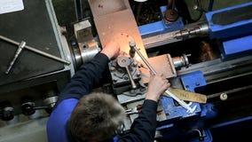Arbetare som fungerar i manuell drejbänk stock video
