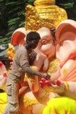 Arbetare som gör den Ganesh förebilden i hyderabad, Indien Royaltyfria Foton