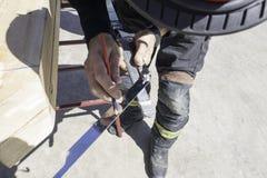 Arbetare som gör en nedgång för jordskred i fall av jordskalv arkivfoton