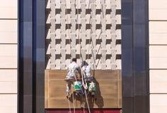 Arbetare som gör ren framdelen av en shoppinggalleria, Changchun, Kina royaltyfria bilder