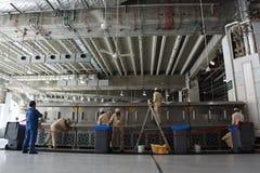 Arbetare som gör ren klapp var dricksvattenzam-zam Arkivfoton