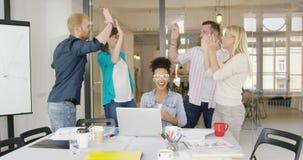 Arbetare som ger höjdpunkt fem stock video