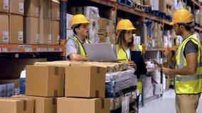 Arbetare som har diskussion på bärbara datorn lager videofilmer
