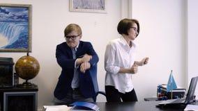 Arbetare som i regeringsställning dansar Mannen och kvinnan dansar lyckligt på grund av framgång i affär eller slut av arbetsdags lager videofilmer