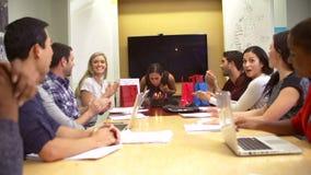 Arbetare som i regeringsställning firar kollegas födelsedag arkivfilmer